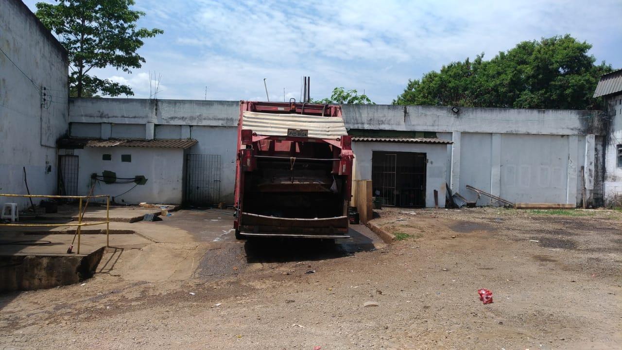 Os demais caminhões estavam na rua em coleta