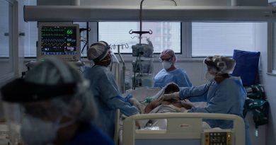 Equipe médica do Instituto de Infectologia Emilio Ribas atende paciente na UTI com suspeita de coronavírus. Eduardo Anizelli/ Folhapress