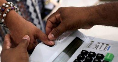 Eleitora vota com auxílio de biometria em São Sebastião do Cuieiras (AM) em 2018; pleito de 2020 não terá o uso das digitaisImagem: Bruno Kelly/Reuters