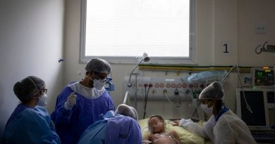 Médicos atendem Noah, de 6 anos, em UTI Infantil especializada no combate à Covid-19, localizada no Hospital Universitário Pedro Ernesto, na cidade do Rio Foto: Márcia Foletto
